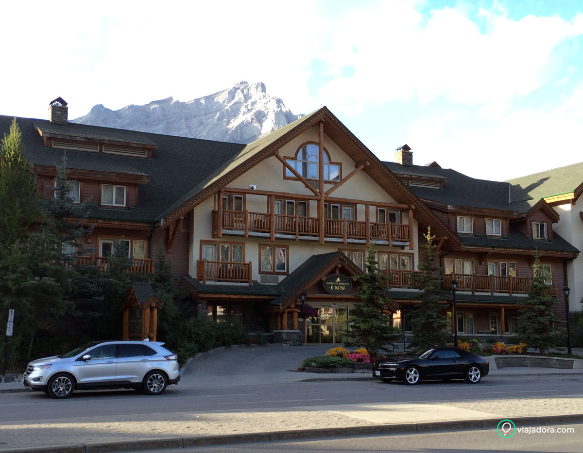 Entrada do Spruce Grove Inn Hotel em Banff
